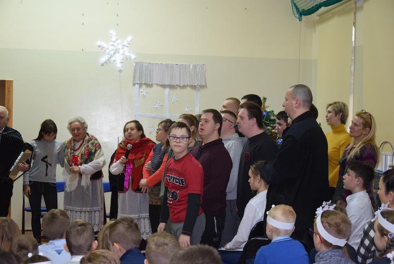 Wspólne kolędowanie w Zespole Szkół Specjalnych w Ostrówku